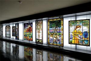 Galerie de Liaison avec les vitraux du maître verrier Francis Chigot